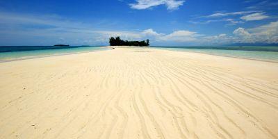 Main Pasir Di Pulau Dodola